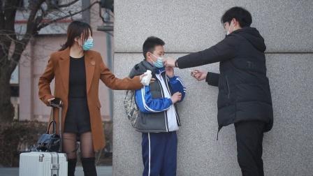 """""""你再说我就扇你了""""看到有人诱导未成年吸烟,路人呵斥道"""