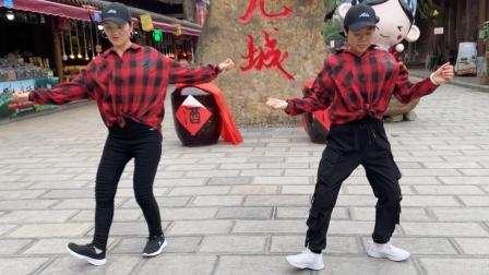2个美女街头跳鬼步舞《为什么》,飘逸十足,路人忍不住跟着学!
