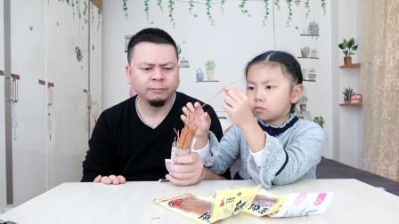"""开箱试吃""""干鱼丝"""",非常有嚼劲,像是在吃牛肉干 。"""
