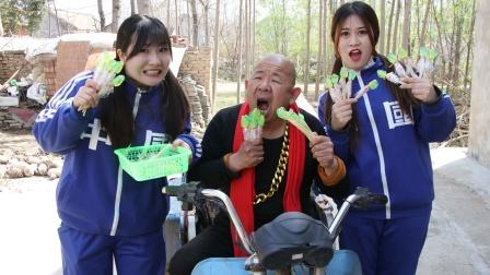 大爷偷吃田田的搅拌糖,没想竟然把自己的牙粘掉了,太搞笑了