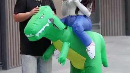 非常有骨气的小哥哥,冒着被打风险亲了一口恐龙