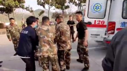 武警官兵紧急救治受伤百姓,为他们点赞!
