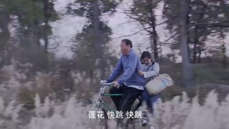 父亲骑自行车接女儿回家,不料半路竟叫女儿跳车,结果笑喷