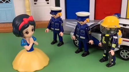 王后和贝儿老是欺负白雪,白雪报警,警察抓了他们
