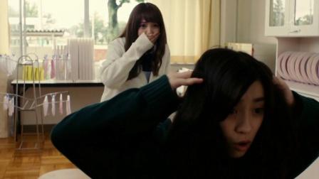 女孩的后脑奇痒无比,扒开头发一看,竟让闺蜜直接吐了!