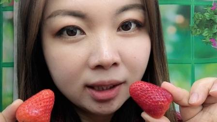 美女小姐姐吃草莓,一口一个,好吃极了!