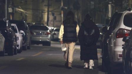 """看到不敢走夜路回家的女高中生,路人们主动当起了""""守护者"""""""