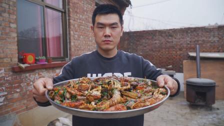 阿远逛市场买了一堆海鲜,鲍鱼、皮皮虾整了一锅,叫上四叔吃痛快