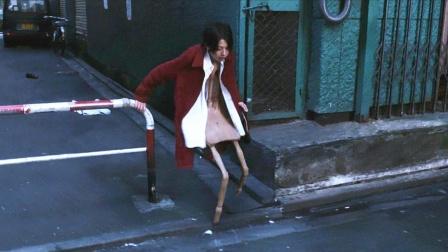 女孩感觉身体不适,竟在路边变成一把椅子,被路人大叔捡回了家!