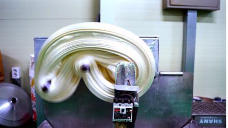 大爷将糖果拼凑成一大坨,挤过机器压成一颗颗,每天能做1000公斤!