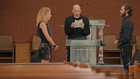 七日生:恶棍男女去教堂结婚,忘带戒指,下秒竟把神父戒指夺走