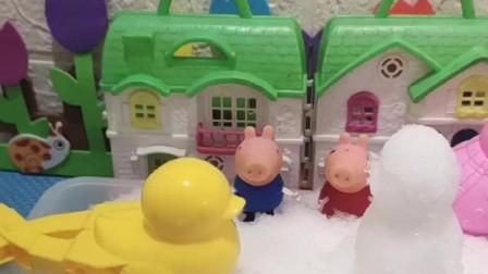 小猪佩奇乔治玩雪,不和猪爸爸玩,不料猪爸爸把雪人推倒