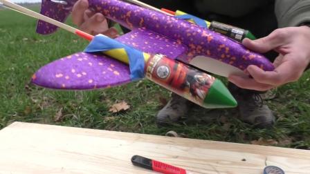给玩具飞机绑上飞老鼠,能飞的更高吗?点火之后:没想到啊