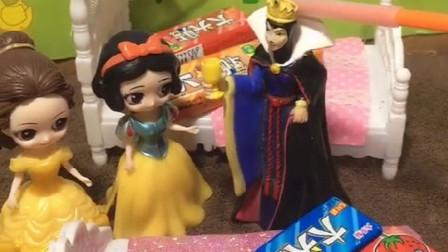 母后给白雪和贝儿的床上放糖果,让她们睡觉,小朋友喜欢母后吗