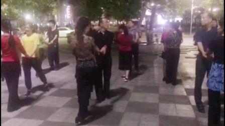王雄老师与邬彩凤老师在南山文体中心互动水兵舞第二套