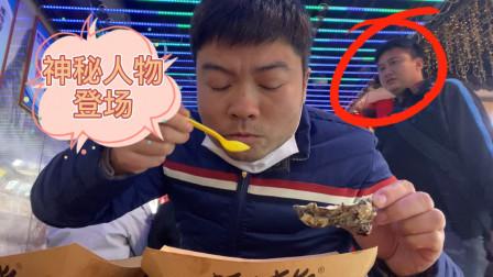 达文西改善伙食吃海鲜,陌生人上来就要了两个吃,给还是不给呢