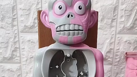 乔治向要长大当医生,所以他在帮假人安装内脏
