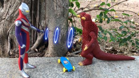 奥特曼玩具故事,怪兽恶作剧欺负小猪佩奇,被奥特曼狠狠教训一顿