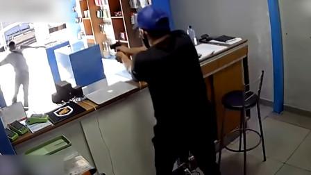巴西男子持枪嚣张闯进手机店抢劫 刚准备跑路时被店主2枪击倒