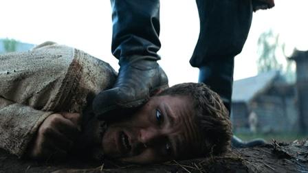 土豪为教育儿子,请演员打造了一整座村子,把儿子扔进去当奴隶
