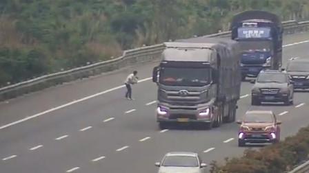家庭纠纷想不开,男子抱2岁幼童冲进高速车流欲自杀
