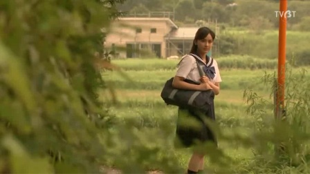 女孩放学后走小路回家,此路很少有人走过,因为路边住着一个贞子