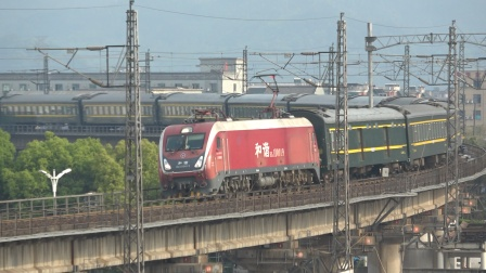 上局杭段HXD1D0019牵引T326次(宁波-郑州)通过萧甬铁路上行线,往杭南方向……