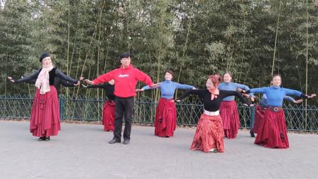 姜老师和加仑老师领跳广场舞《我在纳林湖等着你》好听又好看