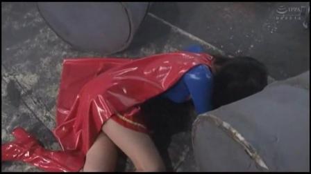 女超人被一拳击倒真让人心疼