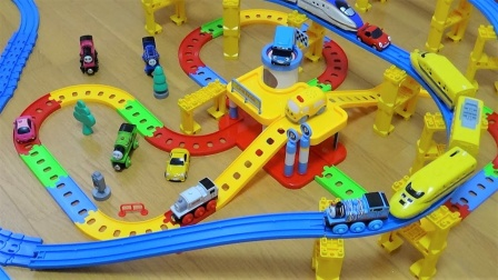 托马斯和列车汽车玩具在欢乐彩虹轨道行驶