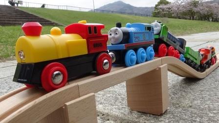 托马斯和小列车在木质公园轨道排队运行