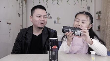 """父女开箱""""定制版可乐"""",这是送给桐桐宝贝儿的惊喜!"""