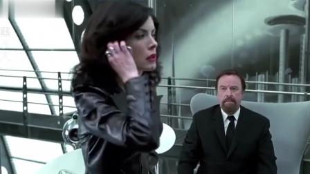 外星人威胁男子,男子假装妥协,他根本不是她的对手