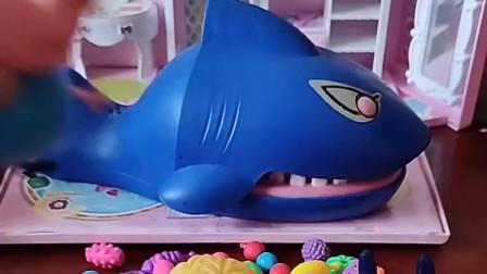趁着大鲨鱼睡觉了,偷偷的赶紧把自己宝宝领回家。奥特曼来了