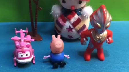 奥特曼小小爱都会飞,乔治好羡慕也想飞,猪妈妈一脚踢飞了!