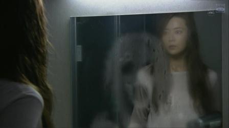 女子半夜洗完澡,突然发现镜子上映出一个鬼脸,而且越擦越清晰