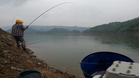 事实证明,钓鱼千万不能一心二用,不然,这就是结果