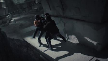 翠丝刚回家就被人绑架扔下悬崖,幸好老四出现将其救下!