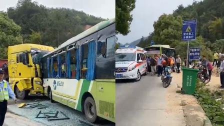 惊险!公交与大货车迎面相撞 司机为保全一车乘客这样做