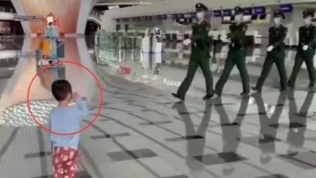 两岁男孩向武警战士敬礼获暖心回应