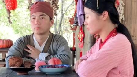 因为道具的不走心,导致了男演员吃假的水果,一个吃的真水果。