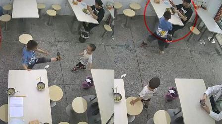 男孩和弟弟在餐馆玩耍 下一秒一个踢腿直接将鞋子甩到客人餐盘中