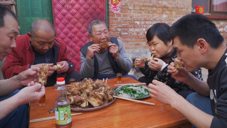 """120买了10斤猪大骨,阿远做了锅""""酱大骨"""",吃肉解馋喝醋解腻"""