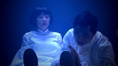 入殓师帮女尸画好妆容、穿上寿衣,可帮她穿鞋时,女尸坐了起来