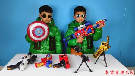 小泽和哥哥比赛玩小手枪和机关枪玩具,看谁能打一百分