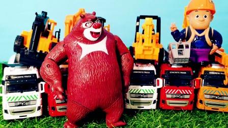 熊出没光头强和熊大看到4台挖掘机 工程车玩具 惯性小汽车