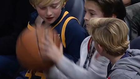 詹姆斯送球给自己帅气的小迷弟,想不到小迷弟的反应亮了!