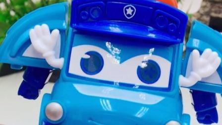 一按变形小汽车玩具,百变校巴警车玩具!
