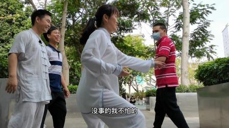 太极拳老师指点松活弹抖,他说很容易就能学会