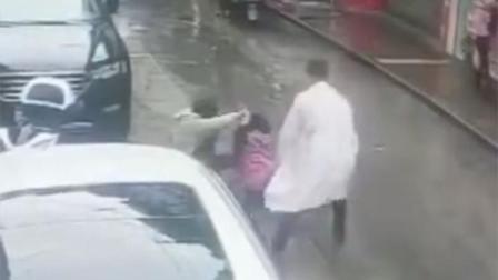 医生用铁锹拍翻持刀施暴男子:冷眼旁观的新闻看多了